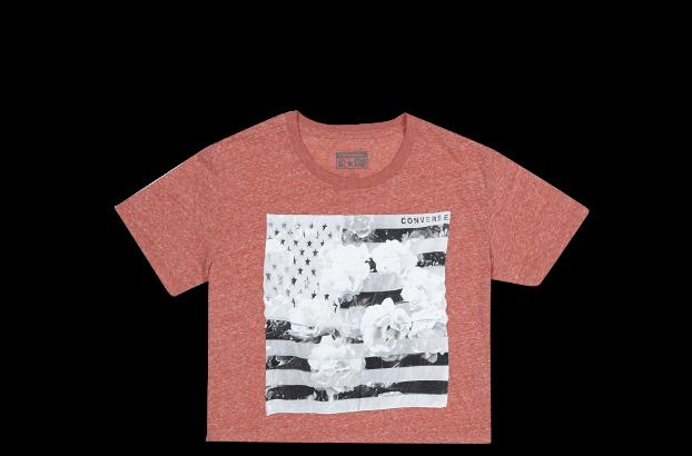复古基调的黑白印花,将美国国旗与玫瑰图案叠加,洋溢浓郁美式风情的同